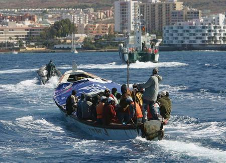 圖文:載有非洲偷渡客的小船駛向碼頭