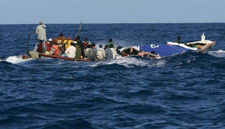 圖文:載有非洲偷渡客的小船被警察追蹤