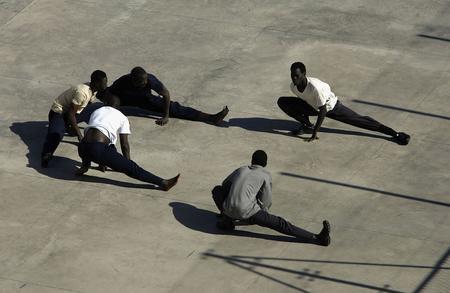 圖文:偷渡客在拘留中心外短暫休息