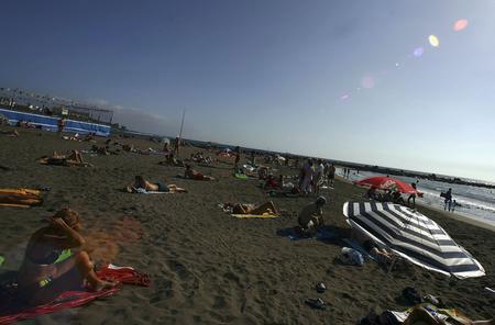 圖文:人們在海灘上享受日光浴