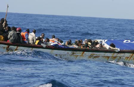 圖文:載有非洲偷渡客的小船