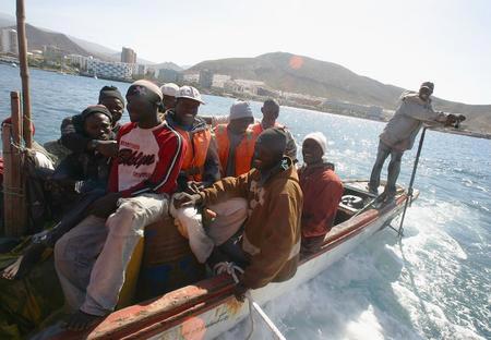 圖文:船上坐滿偷渡客
