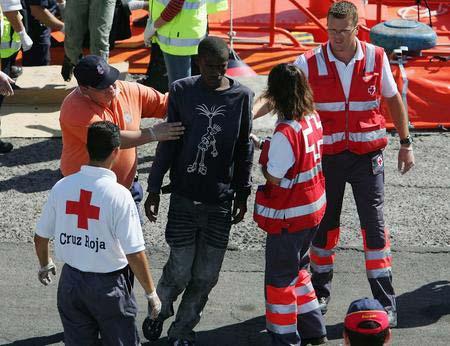 圖文:偷渡客得到國際紅十字會的照料