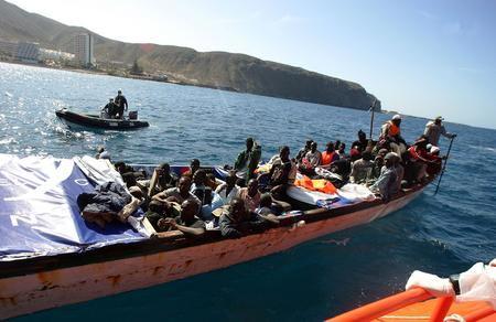 圖文:小船在警察的追蹤下駛向碼頭