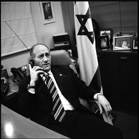 圖文:奧爾默特在辦公室內打電話