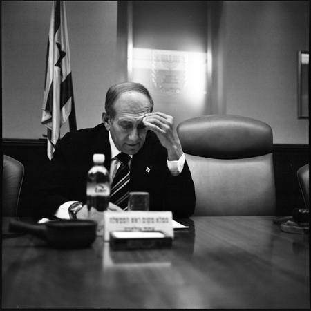 圖文:奧爾默特坐在沙龍總理的空椅子旁