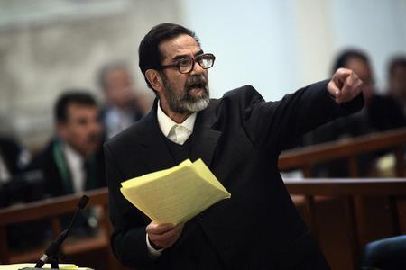 圖文:薩達姆在法庭上接受審判