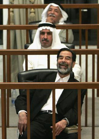 圖文:伊拉克前總統薩達姆·侯賽因在法庭上