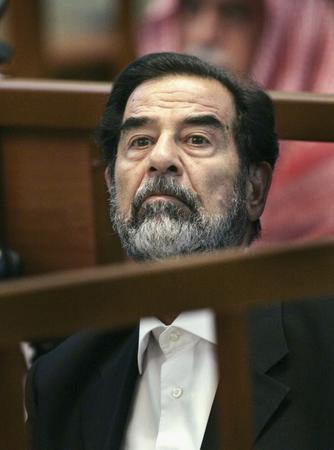 圖文:伊拉克前總統薩達姆在法庭上
