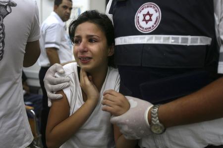 圖文:一名婦女在黎巴嫩真主黨的襲擊中受傷