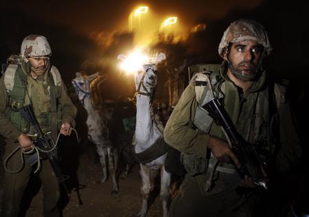 圖文:以色列士兵準備駱駝來幫助運輸物資