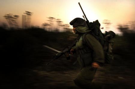 圖文:在以黎接壤處一名士兵匆匆跑過