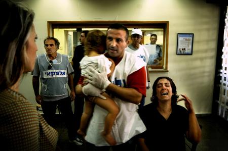 圖文:一個婦女和一個受了傷的小女孩等待就醫