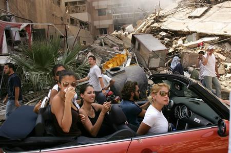 圖文:富人們開車到被戰爭摧毀的街道觀看