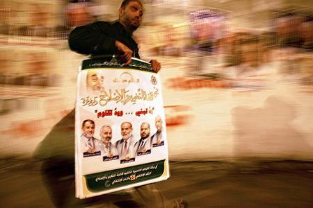 圖文:哈馬斯的支持者手拿競選海報