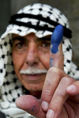 圖文:男子在展示其蘸有藍色墨跡的手指