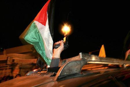 圖文:巴勒斯坦武裝分子在投票站外向空中開火