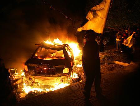 圖文:法塔赫運動成員舉行遊行焚燒汽車