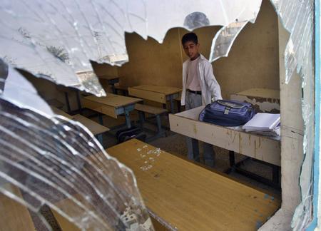 圖文:一名伊拉克的學童站在教室裡