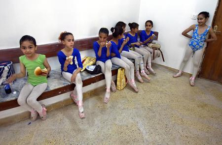 圖文:伊拉克少兒芭蕾舞演員在練習結束後休息