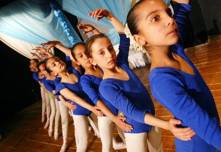 圖文:伊拉克少兒芭蕾舞演員正在做練習
