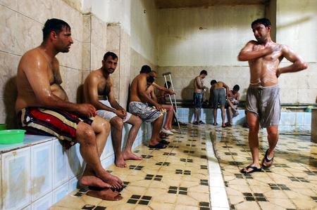 圖文:伊拉克居民在公共浴室中放鬆休息