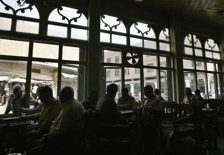 圖文:伊拉克居民正在茶室裡玩西洋雙陸棋