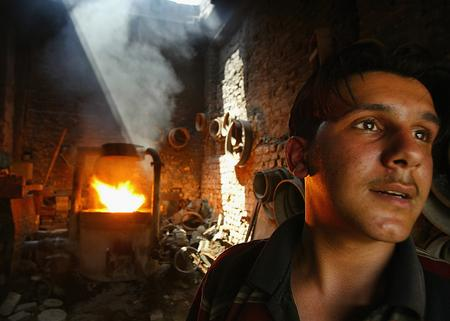 圖文:一名正在照看自己店舖的伊拉克鐵匠