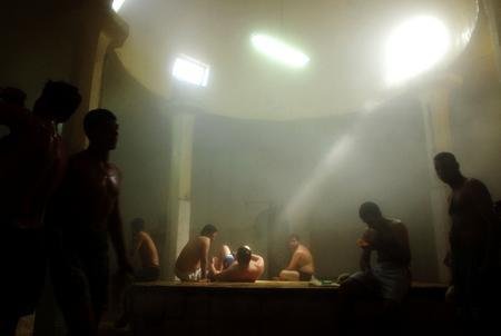 圖文:伊拉克人在公共浴室中放鬆休息