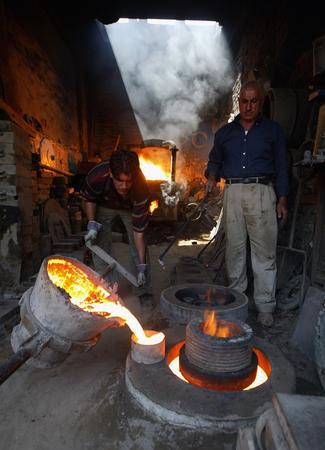 圖文:正在自己店舖裡工作的伊拉克鐵匠