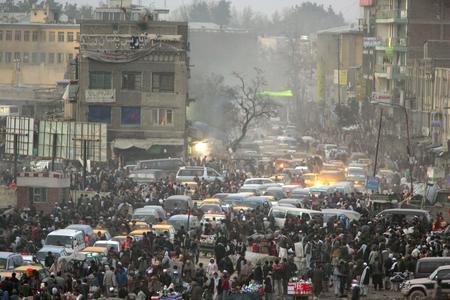 圖文:阿富汗首都喀布爾人流和車流混雜