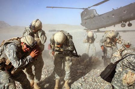 圖文:直升機運送美軍士兵前往阿富汗南部地區