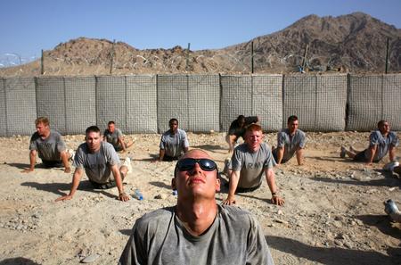 圖文:美軍士兵在美軍基地進行晨練