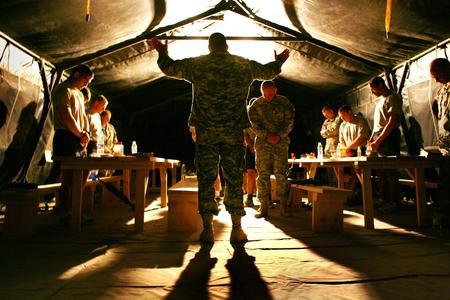 圖文:美軍隨軍牧師為士兵舉行祈禱儀式
