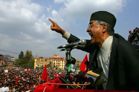 圖文:尼泊爾前總理德烏帕向集會人群發表講話