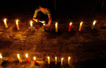 圖文:尼泊爾兒童為喪生的抗議示威者守夜祈禱