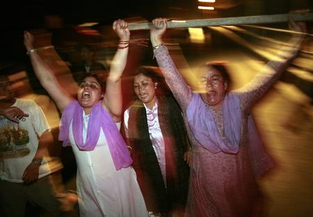 圖文:抗議者走上尼泊爾首都加德滿都街頭慶祝