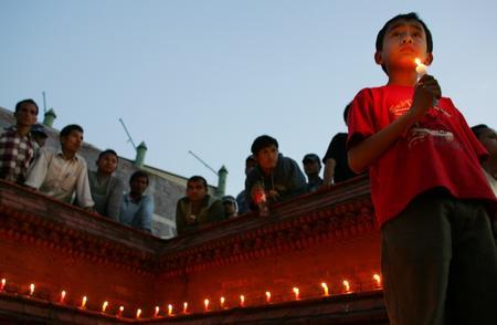 圖文:尼泊爾兒童為喪生示威者守夜祈禱