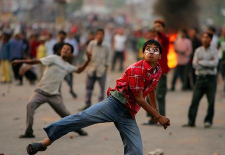 圖文:抗議者向警察投擲石塊反對國王賈南德拉統治
