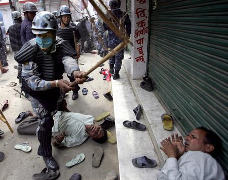 圖文:尼泊爾防暴警察驅散前往皇宮的遊行隊伍