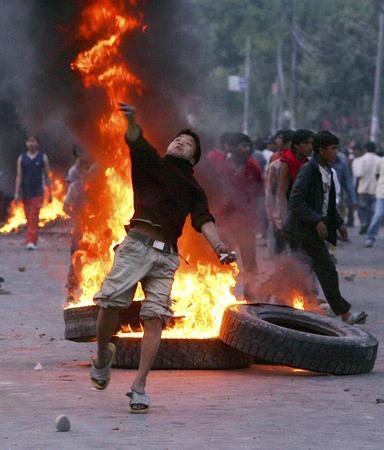 圖文:抗議者向警察投擲石塊反對國王統治