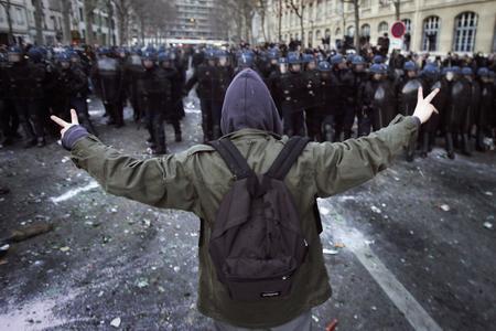 圖文:一名學生向防暴警察隊伍走去