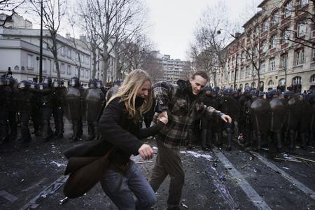 圖文:一對情侶在防暴警察面前跳舞