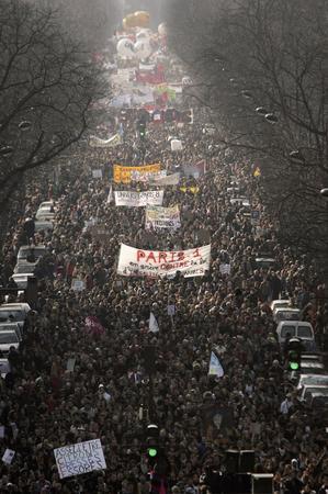 圖文:法國巴黎學生與工人街頭抗議首次僱傭合同