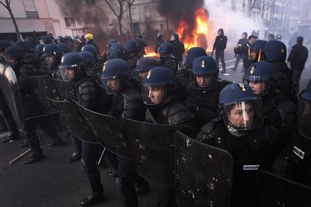 圖文:防暴警察列隊向學生遊行隊伍前進