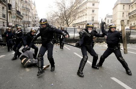 圖文:警察逮捕一名遊行學生