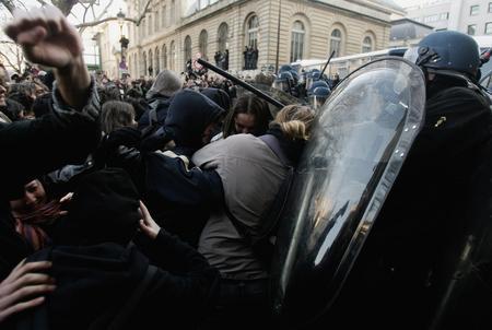圖文:遊行學生與防暴警察發生衝突