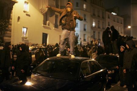 圖文:示威者站上停靠路邊汽車車頂
