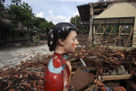 圖文:廢墟中矗立著一尊雕像