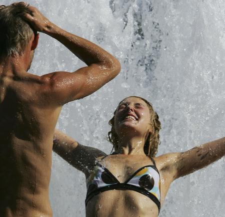 圖文:兩位市民穿著內衣享受噴泉的涼爽